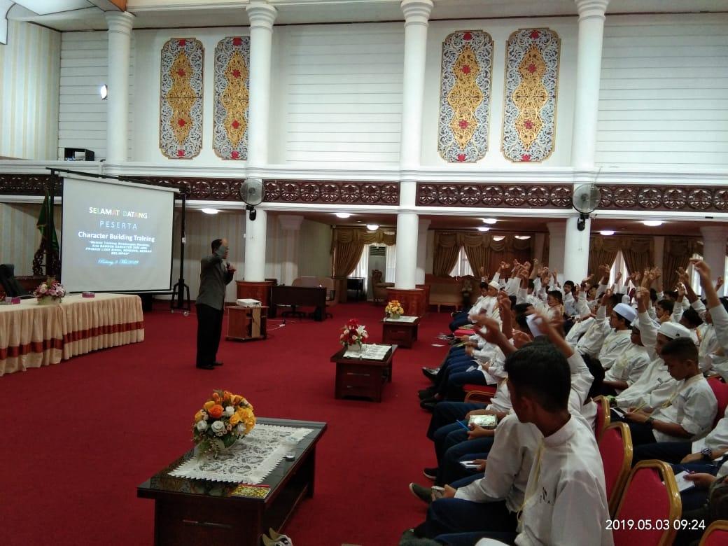 Training Kedisiplinan Bagi Siswa-siswi Ar Risalah di Aula Gubernur Sumbar