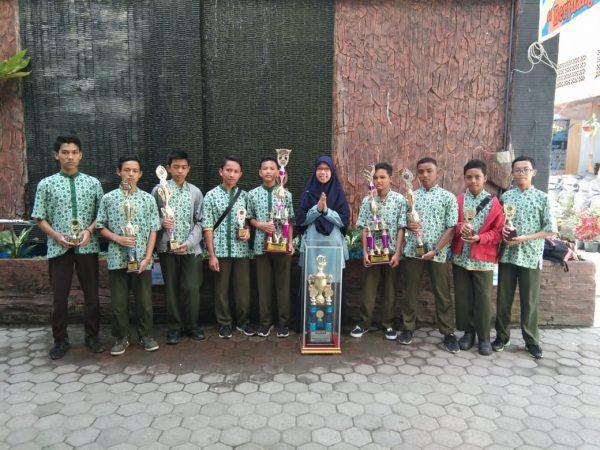 SMP Ar-Risalah Boyong Piala Bergilir Promise Spenju